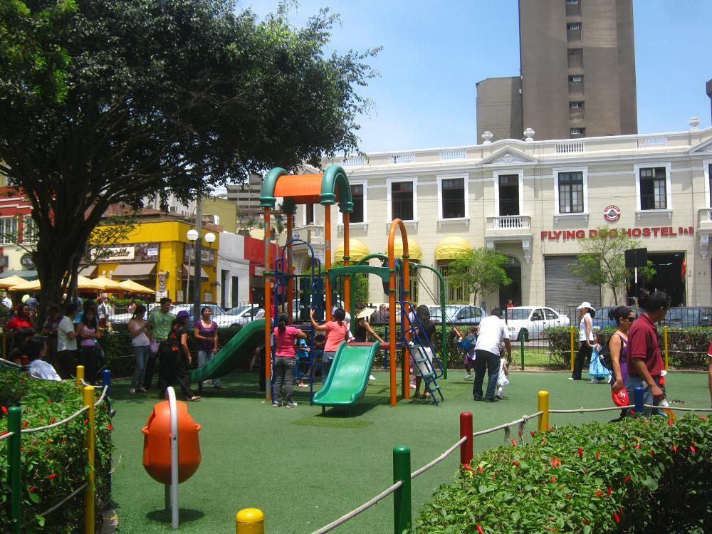 parque infantil con un castillo infantil y con un csped artificial en el parque kennedy